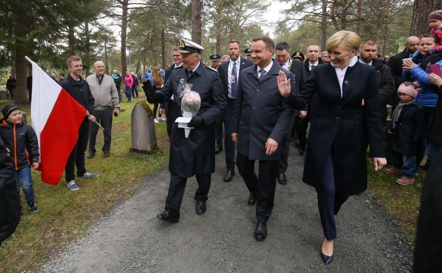 Prezydent Andrzej Duda z żoną Agatą Kornhauser-Dudą i król Norwegii Harald V podczas ceremonii złożenia wieńca na grobach polskich żołnierzy, jeńców wojennych i cywilnych ofiar wojny na cmentarzu wojennym w Hakvik w Norwegii