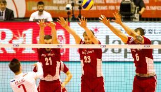 Rafał Buszek (2L), Mateusz Bieniek (2P) i Bartosz Kurek (P) oraz Francuz Kevin Tillie (L) podczas meczu Polska - Francja, w trakcie interkontynentalnego turnieju kwalifikacyjnego do Igrzysk Olimpijskich w Rio