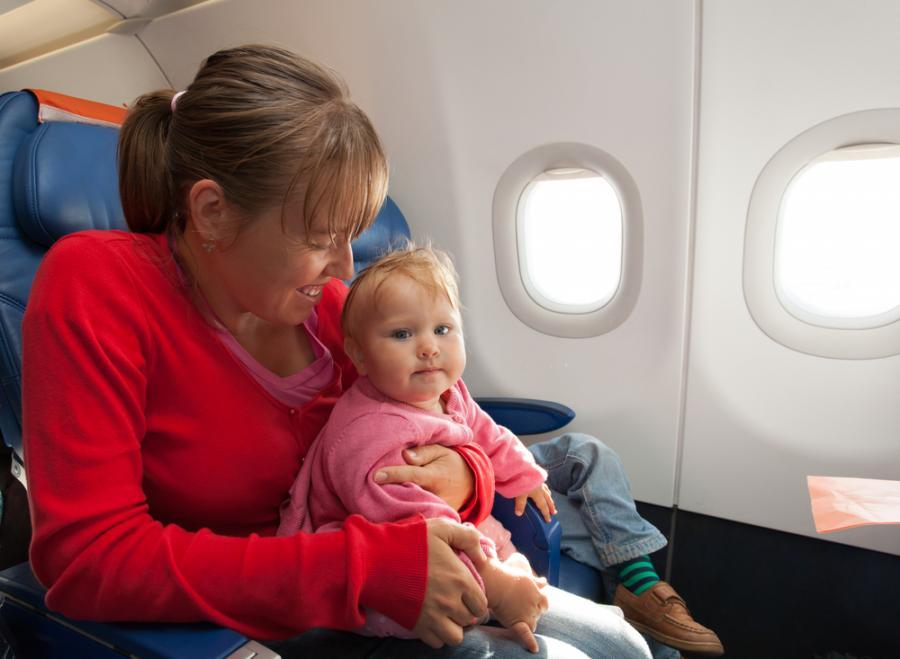 Matka z dzieckiem w samolocie