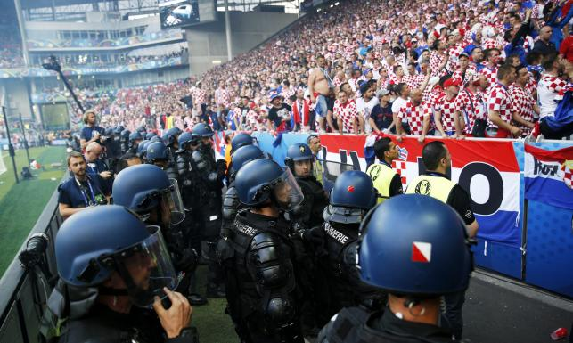 Najpierw Anglicy i Rosjanie, teraz Chorwaci. Kolejni kibice zakłócili mecz Euro 2016. ZDJĘCIA