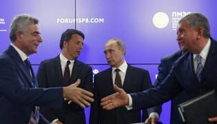 Włoski premier Matteo Renzi i prezydent Rosji Władimir Putin (w tle)