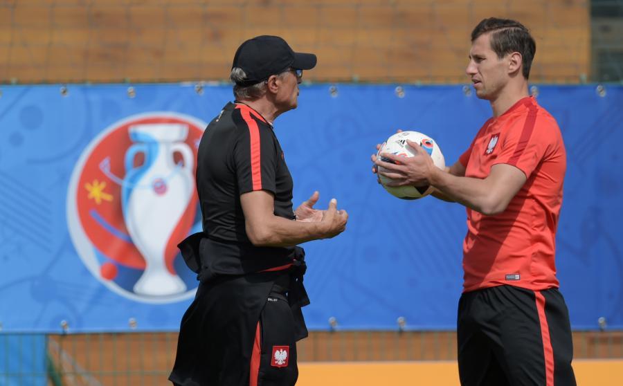 Trener reprezentacji Polski Adam Nawałka (L) i Grzegorz Krychowiak (P) podczas zajęć z drużyną w centrum treningowym Centre Robert Louis Dreyfus w Marsylii
