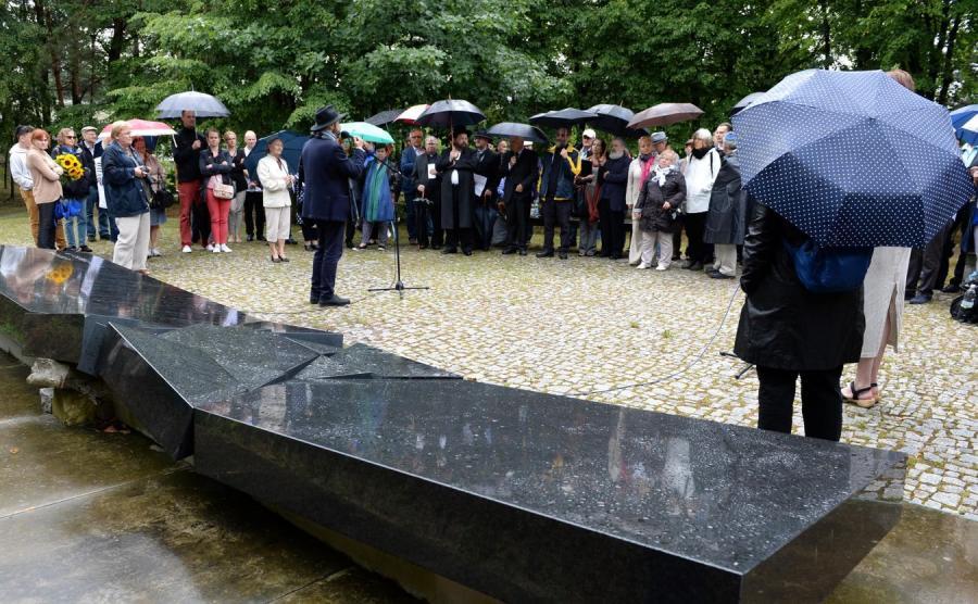 Modlitwa Żydów i chrześcijan przy grobie ofiar pogromu kieleckiego