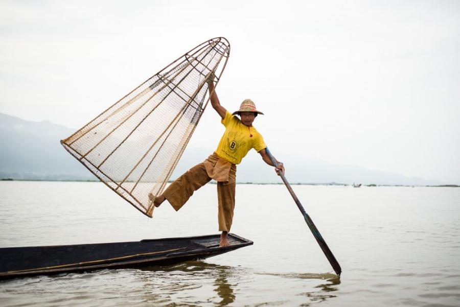 """Rybak na jeziorze Inle Lake, Birma; fot. T. Bogusz / """"Pirania na kolację"""""""