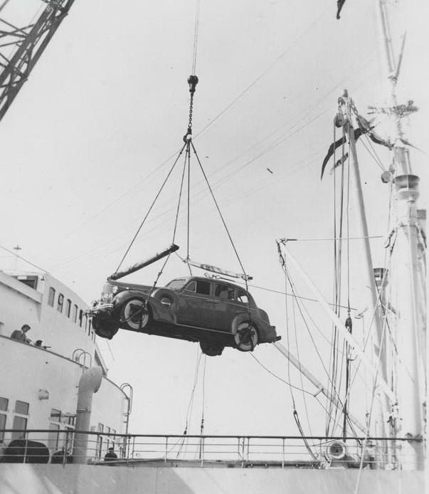 """Wyładunek samochodów  / """"Przedwojenne Wybrzeże. Najpiękniejsze fotografie"""""""
