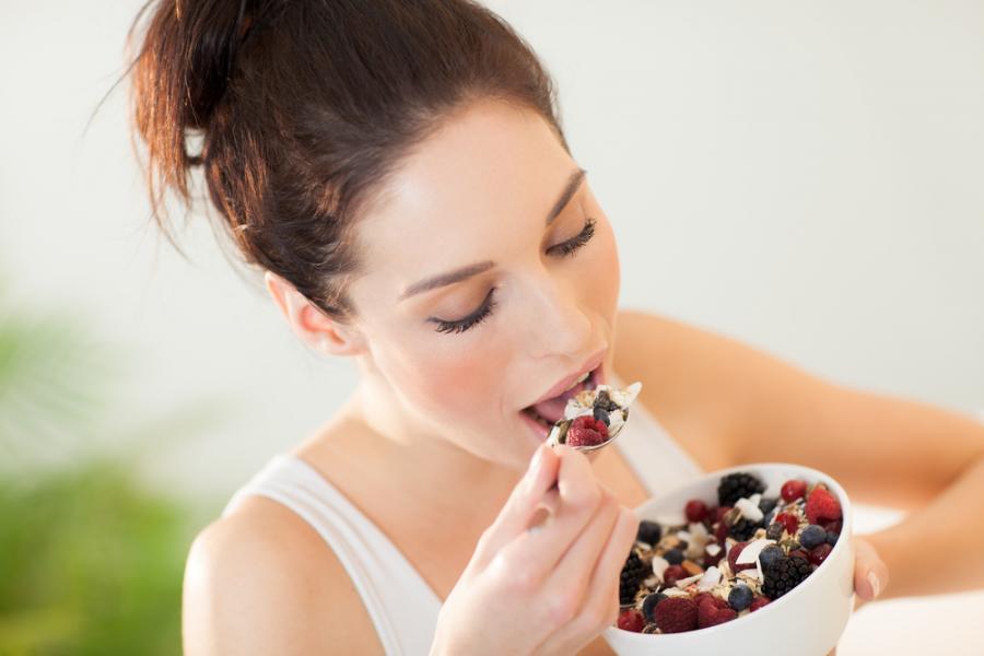 Kobieta jedząca musli