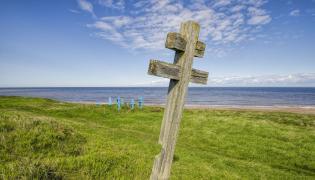 Stary rosyjski cmentarz prawosławny na wybrzeżu Morza Białego