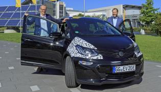 Opel ampera-e - testują prezes GM, Dan Ammann, i dyrektor generalny firmy Opel, Karl-Thomas Neumann