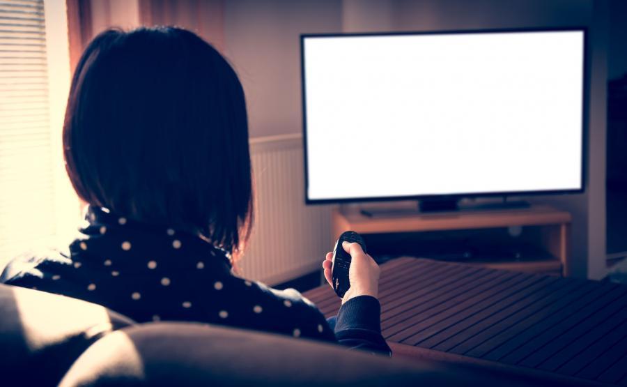 Kobieta ogląda telewizję