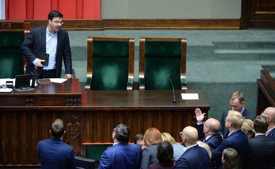 Wicemarszałek Stanisław Tyszka z ruchu Kukiz\'15 prowadzi w Sejmie nocną debatę nad sprawozdaniem komisji sprawiedliwości i praw człowieka, która rekomenduje posłom odrzucenie obywatelskiego projektu komitetu \