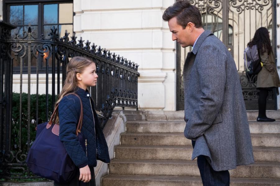 """Kylie Rogers oraz Edward Norton w filmie """"Ukryte Piękno"""". Premiera 25 grudnia 2016. fot. materiały prasowe"""
