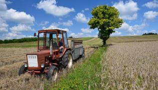 Traktor na polu. Polska wieś