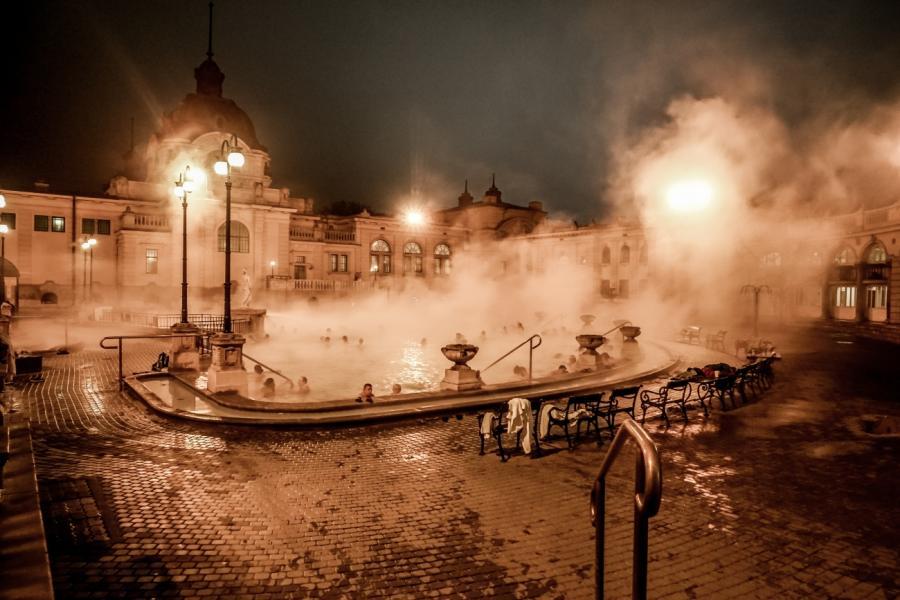 Budapeszt, kąpielisko Széchenyi, z basenami, które przez cały rok mają wodę o temperaturze 38 stopni.
