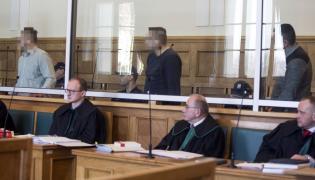 Oskarżeni Krzysztof W. (L), Marek K. (C) i Dariusz D. (P) na sali rozpraw