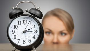 Kobieta patrząca na zegar