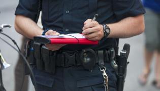 Policjant wypisuje mandat