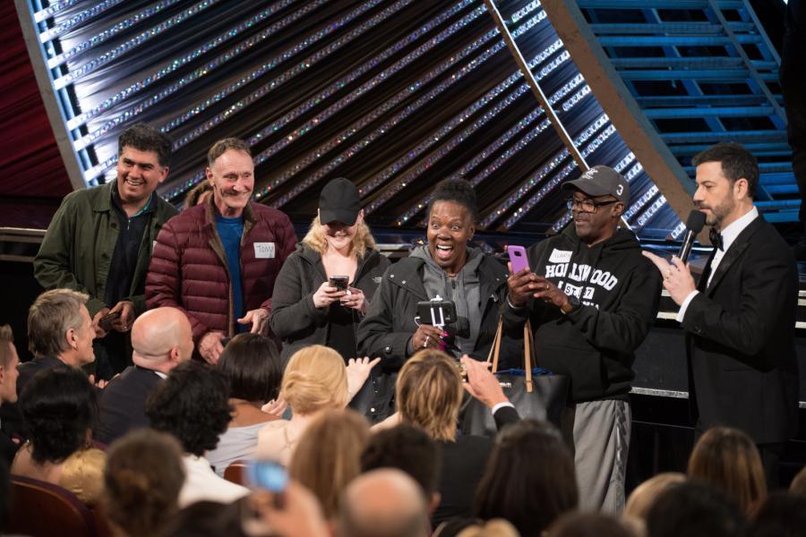 Jimmy Kimmel wita turystów na gali rozdania Oscarów w Dolby Theatre w Hollywood
