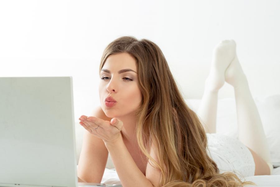 Seksowna kobieta przed laptopem
