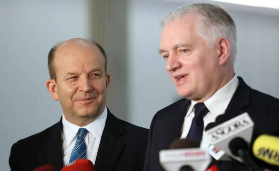 Minister zdrowia Konstanty Radziwiłł (L) oraz minister nauki i szkolnictwa wyższego Jarosław Gowin (P) podczas oświadczenia prasowego nt. sieci szpitali