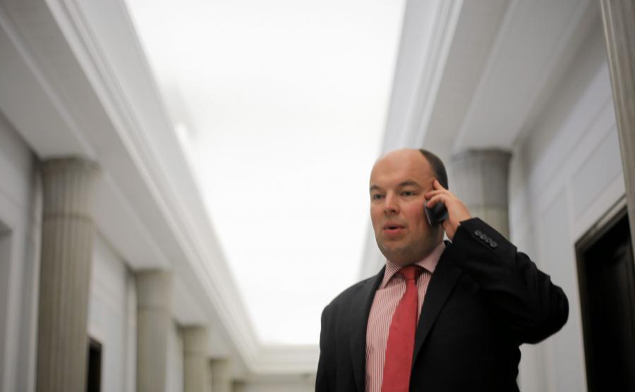 Jan Dziedziczak rozmawia przez telefon w Sejmie